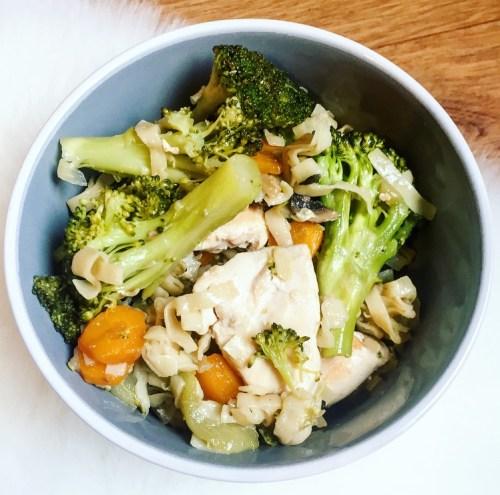 Wok de poulet nouilles asiatiques et légumes croquants - Recette Ma Healthy Tendency