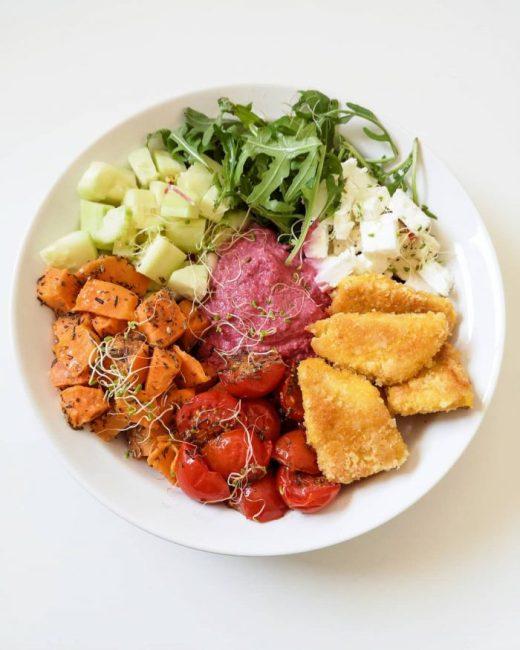 Salade de Dinde Panée, Mousse de Betterave, Feta & Patate Douce Rôtie - Ma Healthy Tendency