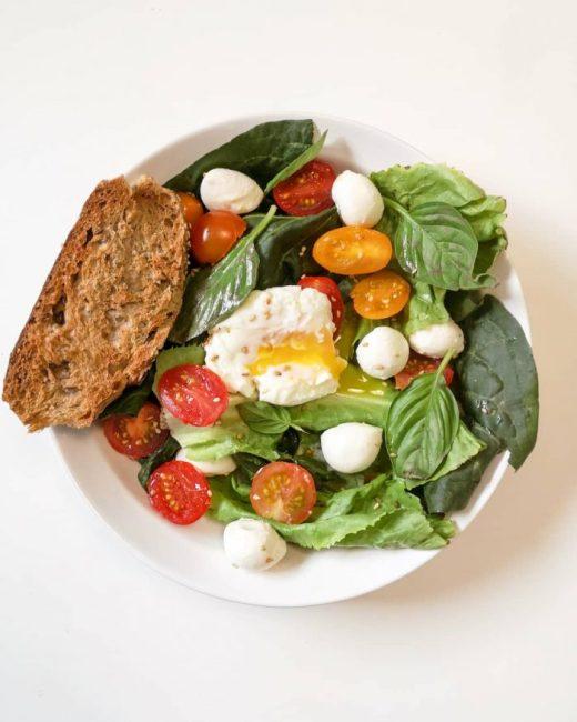 Salade Tomate Mozzarella, Oeuf Coulant & Pain Grillé aux Céréales - Mahealthytendency