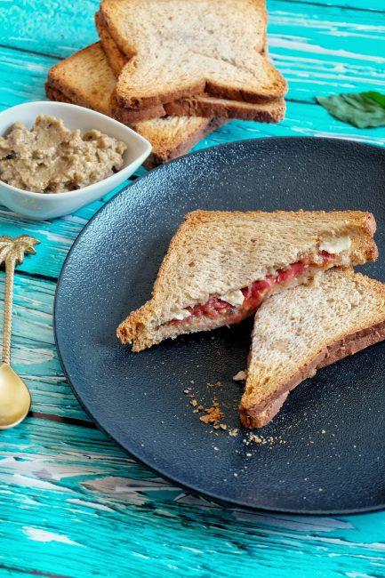 Sandwich grillé caviar d'aubergine, tomate & feta - Recette Mahealthytendency