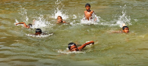 Children_swimming_in_Bangladesh