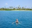 Eva tar ett dopp i det varma vattnet