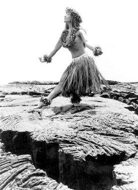 Photo en noir et blanc d'une vahiné entrain de danser à Tahiti ou à Hawaï