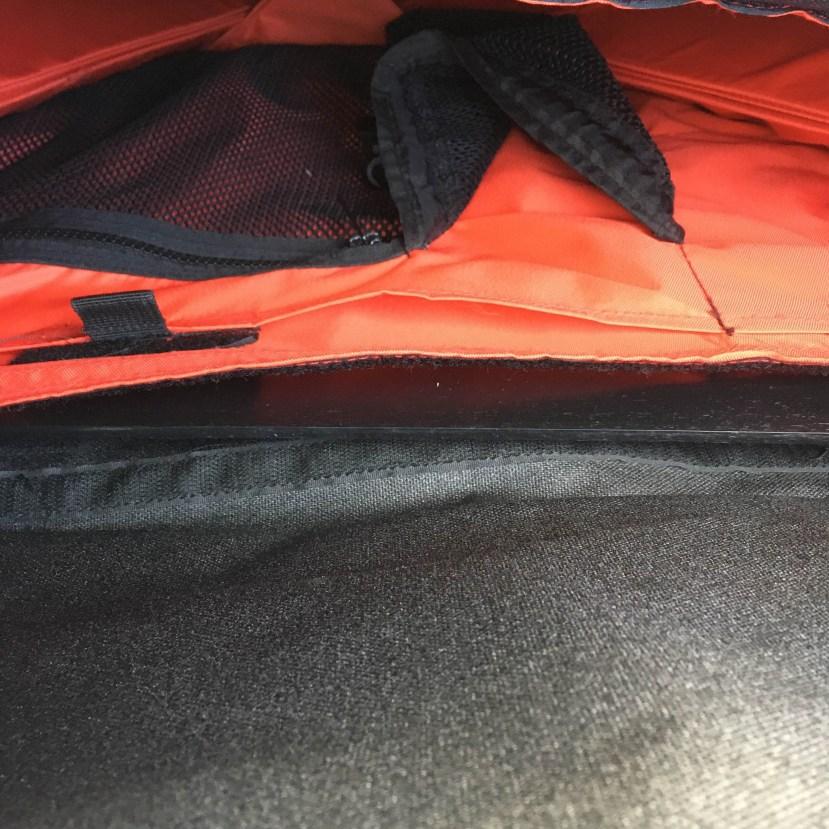 Eigentlich gehört der orangene Teil der Tasche weiter nach oben