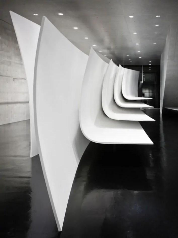 تصميم بوتيك دار أزياء نيل باريت في طوكيو. وجاء التصميم في شكل دائري فضائي ليخدم في استقبال العملاء دون زحام.
