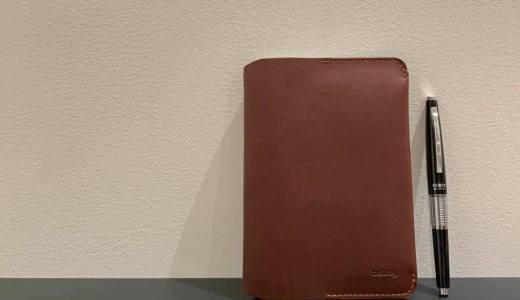 薄くてスタイリッシュなのに収納力や機能性もあります「Notebook Cover Mini (ノートブックカバーミニ)」