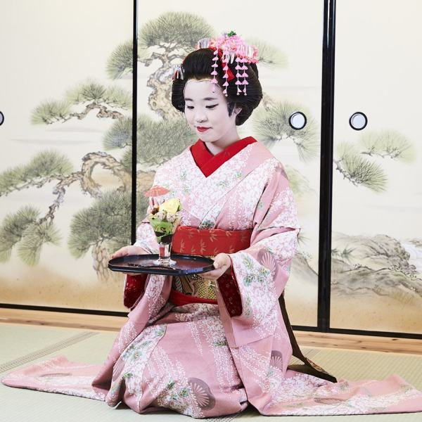 golden ice cream served by a maiko