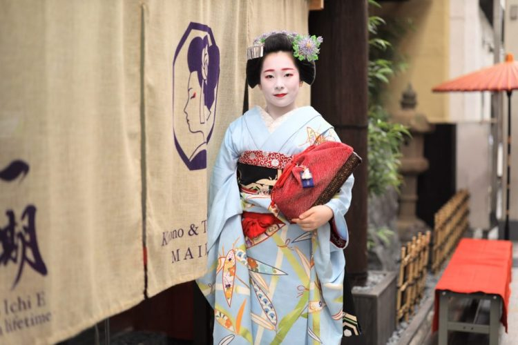 maiko in front of Maikoya Teahouse
