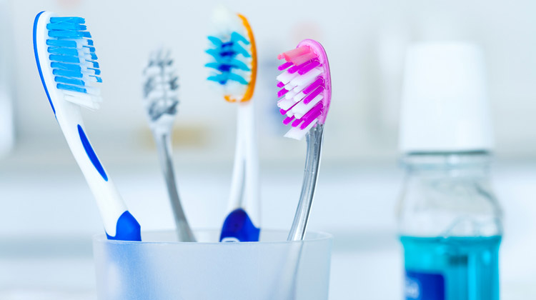 The Best Way to Clean Toothbrushes