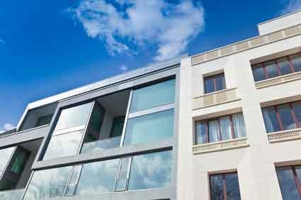 Bild von moderner Wohnimmobilie symbolisiert Wohnungseigentumsrecht