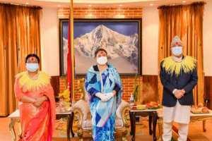 प्रधानमन्त्रीद्वारा राष्ट्रपतिबाट दशैँको टीका र जमरा ग्रहण