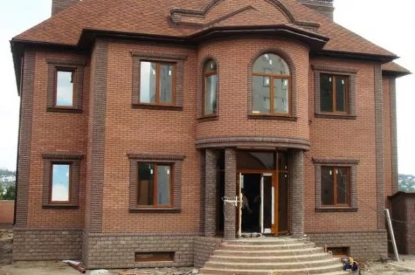 Дом с синей крышей обшитый сайдингом. Подборка фото домов из сайдинга