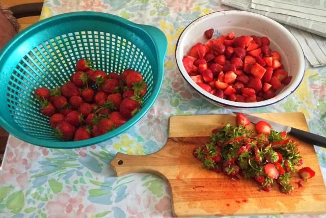 cuttingstrawberrie