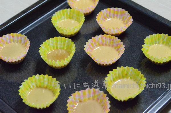 カップにミックス粉を流し入れ、180度のオーブンで5分くらい