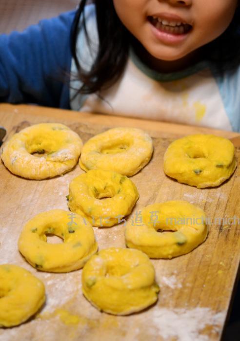 この笑顔と、かぼちゃドーナツの歌(娘自作)が聞きたくて、お菓子を作ります