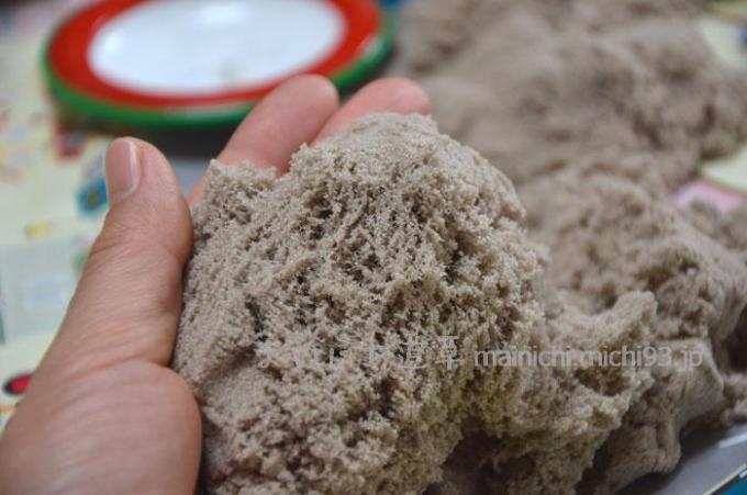 糸をひくように崩れる砂