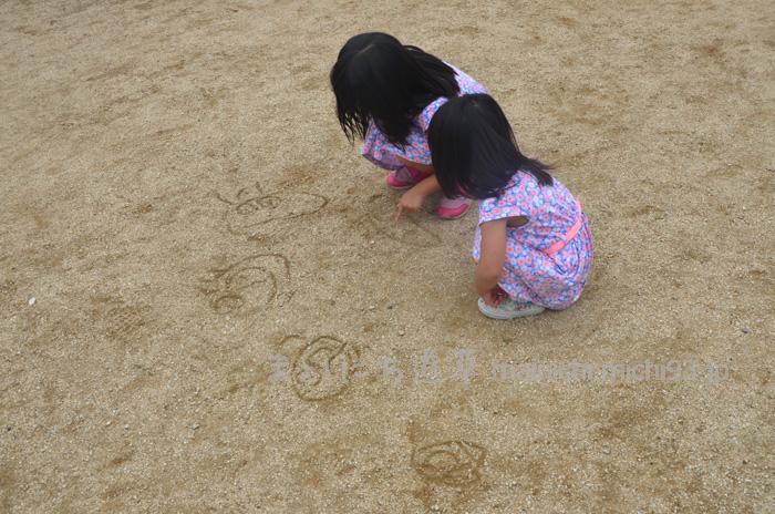 地面にアンパンマンを落書き