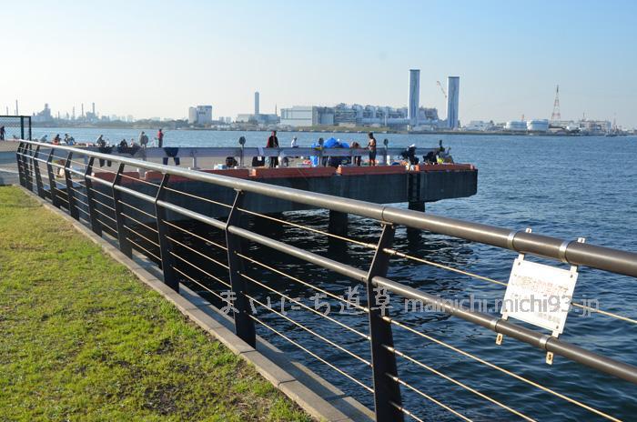公園外、隣接する波止場は、釣り場になっています