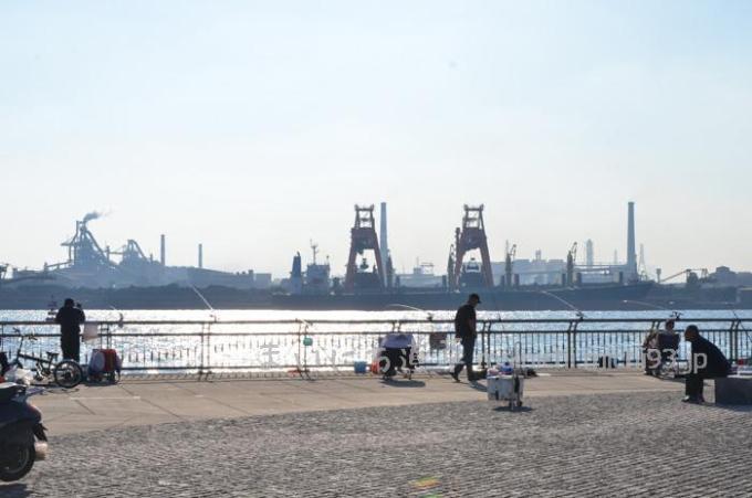 釣り場は工業地帯の側