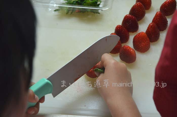 まずはイチゴのヘタを取る