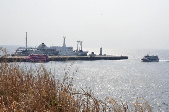 元町港に入港する高速艇