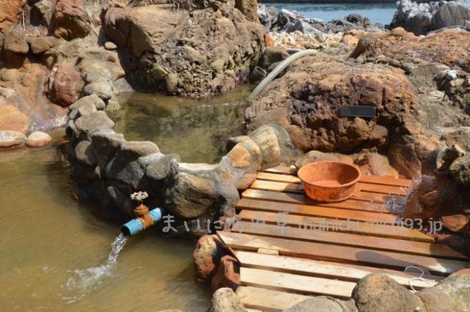温泉の湯と海水を混ぜて、温度を調節します