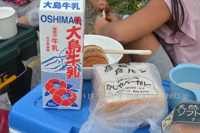 大島牛乳と、かじやベーカリーのパン