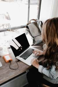 Photo of a mom on a computer. Private Practice Coaching available for Moms. Call today to improve your work/life balance as a mom therapist in the United States.