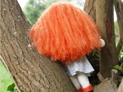 Contre plongée de la poupée rousse Waldorf vue de dos