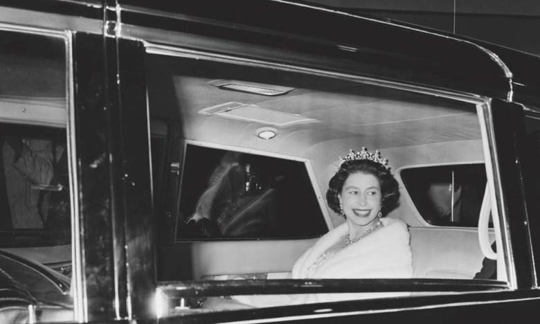 Елизавета II в машине