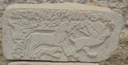 Orthostaat uit Arslantepe: een Bronstijdgebruik van de strijdwagen in de IJzertijd.