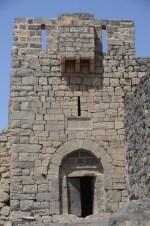 De ingang van Azraq, met stenen deur.