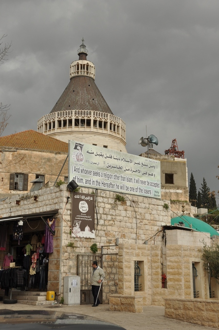 De geboortebasiliek in Nazaret in 2011. Let op de islamitische slagzin vooraan.