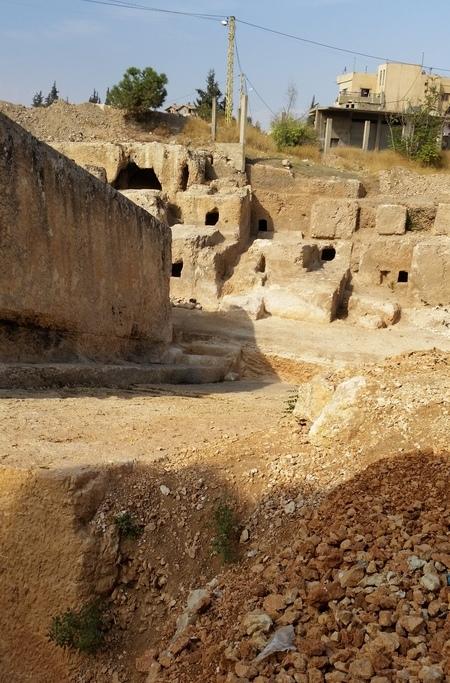 De twee enorme monolieten (links en vooraan), met daarachter de nieuw-ontdekte grafkamers
