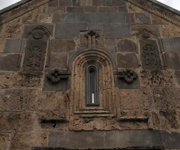Een kruisvormig raamkozijn en twee khachkars (Haghartsin)