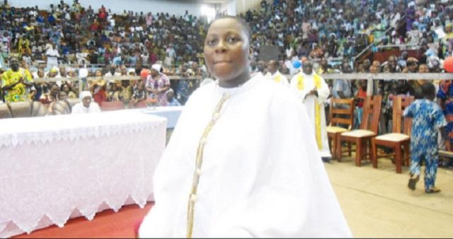 Mulher que diz ser o Espírito Santo de Deus atrai multidões de fiéis na África