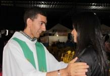 Padre fala a verdade durante casamento e indigna católicos