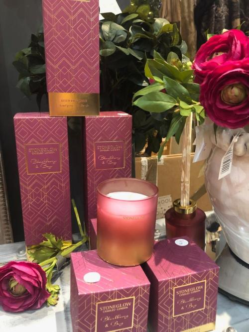 This diffuser has a beautiful fragrance of crushed bark, mingled with tart blackberry juices and with a hint of rose tea, finished off with the warming aroma of aromatic bay leaves.