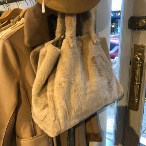 Faux Fur Tote bag in Camelv