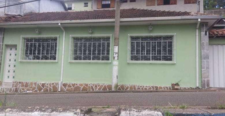 Aluga-se casa de 03 quartos e lavanderia no bairro Saramenha em Ouro Preto