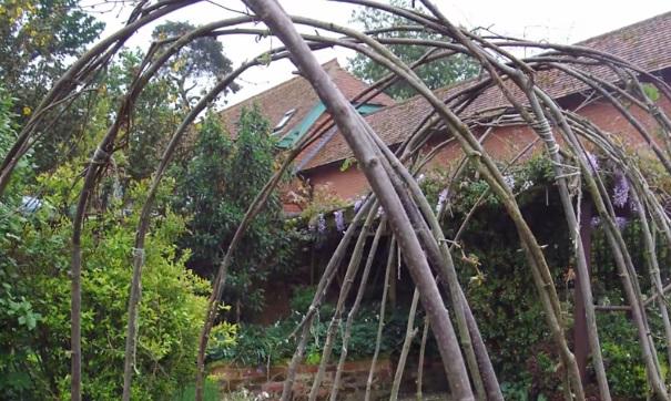 courgettes dans une arche de jardin
