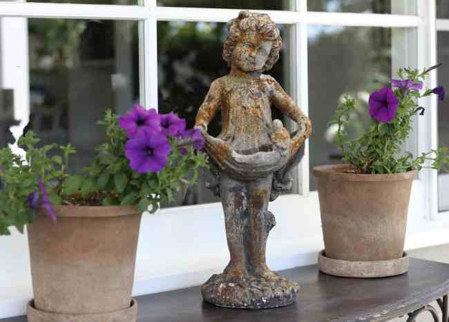 outdoor-space-statue-potted-plants