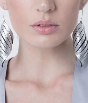 aros de cuero para mujer, joyería contemporánea, uso urbano, mujer, collar de cuero, diseño argentino