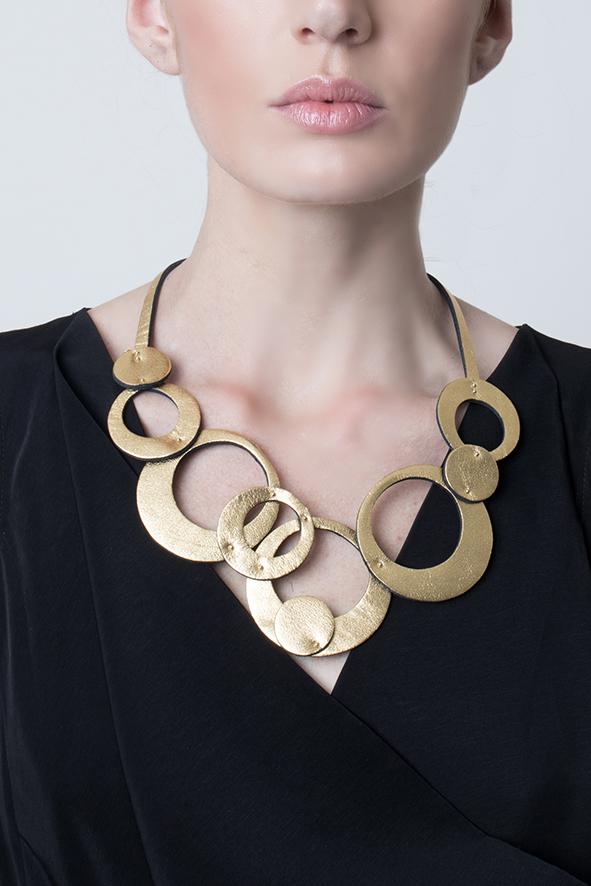 collar de mujer de cuero dorado, joyería contemporánea, uso urbano, mujer, collar de cuero, diseño argentino