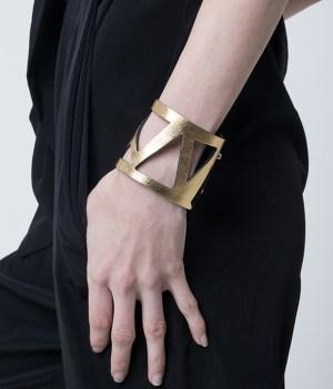 brazalete de cuero, joyería contemporánea, uso urbano, mujer, collar de cuero, diseño argentino