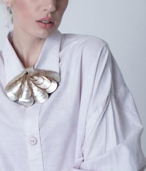 collar de cuero, escamas, joyería contemporánea, uso urbano, mujer, diseño argentino