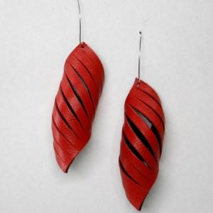 Aros largos Tupak de cuero color rojo. Maison Domecq