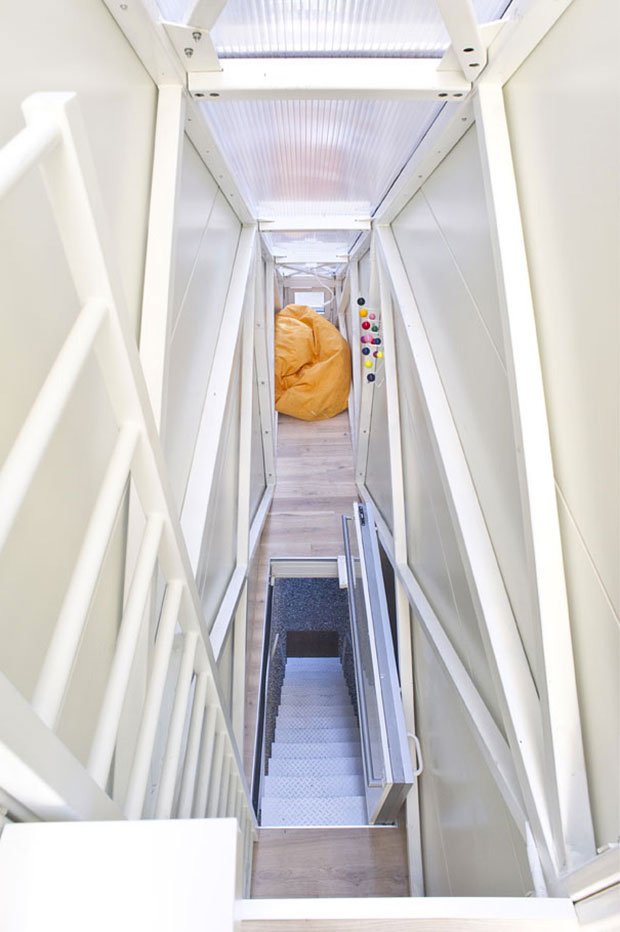 La maison la plus étroite du monde a été conçue pour deux occupants maximum. Elle comprend deux étages avec cuisine, salle de bain, et chambre à coucher.