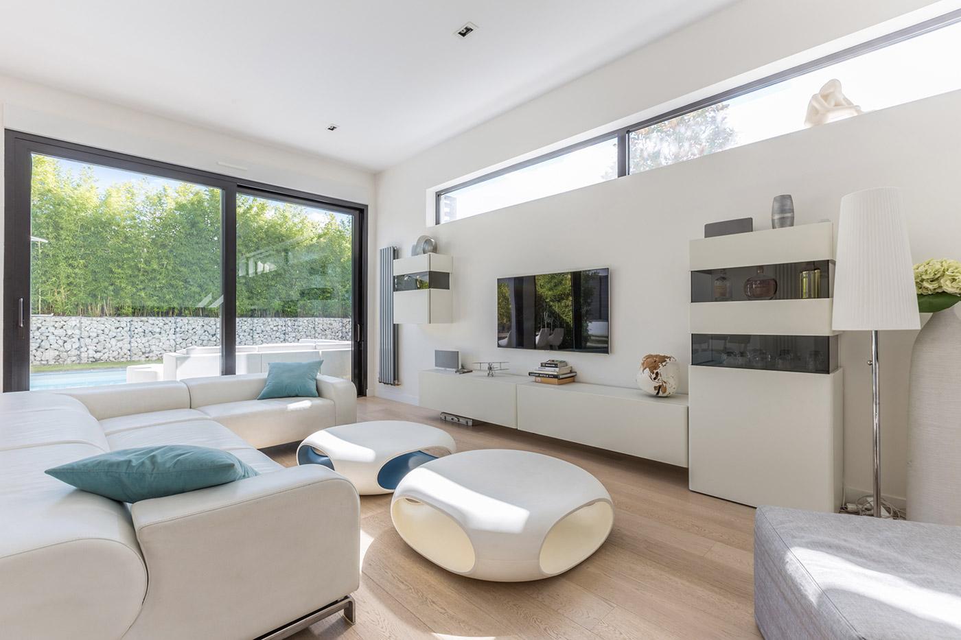 de beaux eclairages dans toute la maison donnent une touche de legerete et de modernite mettant en valeur les grands espaces de la maison