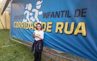Atleta de Pinhais fica em terceiro lugar geral em premiação de corridas de rua